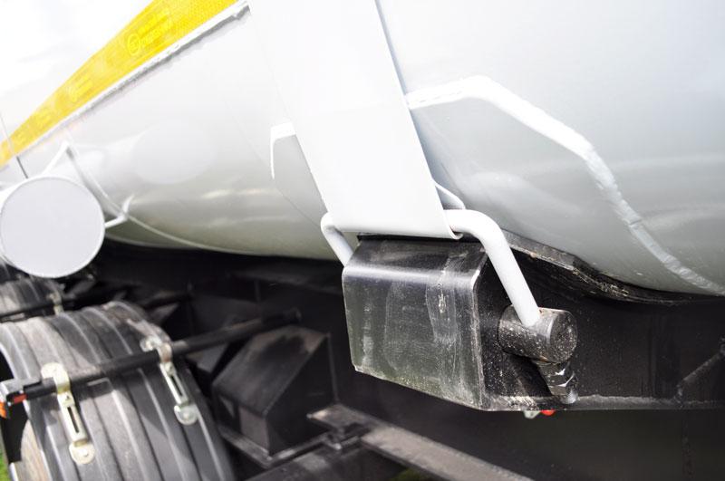 Связь цистерны с рамой при помощи стяжных лент
