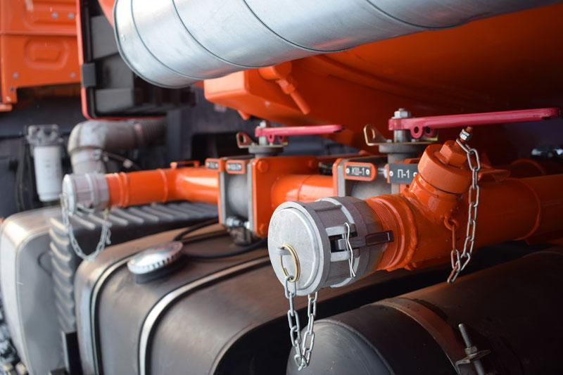 Трубопроводы системы раздачи топлива с запорными кранами и БРС