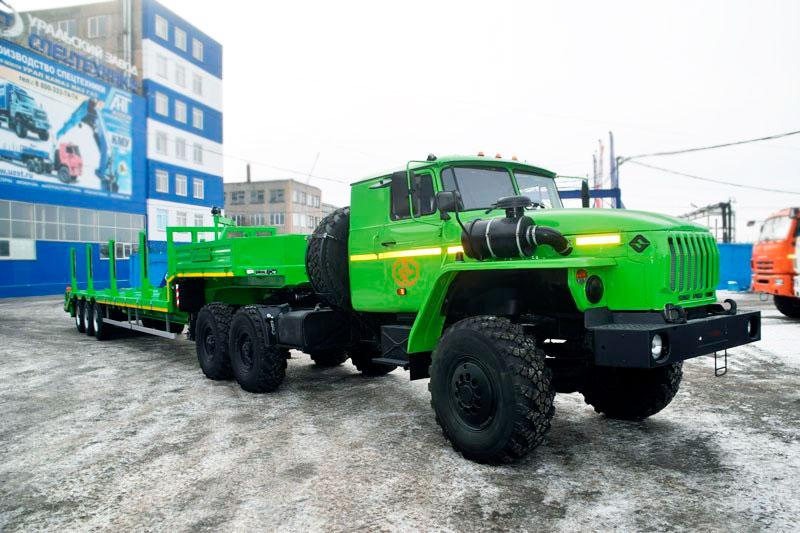 Седельный тягач Урал 4320-1912-72М с полуприцепом-тяжеловозом марки УЗСТ 9174-012В3